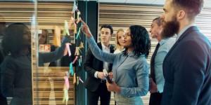 Um bom líder orientando o grupo sobre as melhores estratégias