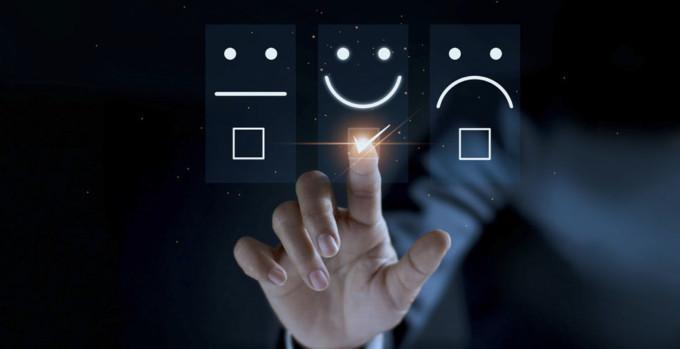 A pesquisa de satisfação tradicional busca saber se o cliente está contente ou não com o serviço prestado. Na imagem, pode-se ver uma espécie de votação digital, com carinhas de