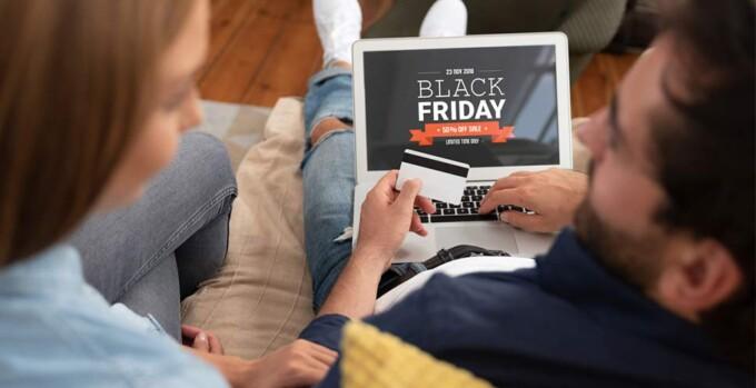 Casal realiza pesquisas para Black Friday
