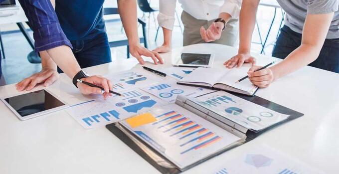 Pessoas analisando as novas oportunidades de mercado