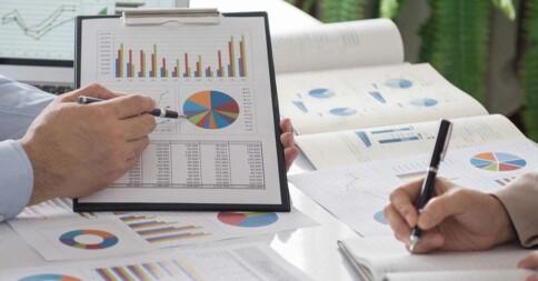 Na imagem vemos uma pessoa analisando o resultado de uma pesquisa de satisfação do cliente.