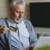 Homem de cabelo branco atende ao perfil do consumidor da terceira idade
