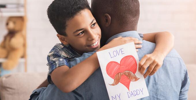 Vemos um abraço de pai e filho. Dificuldade com o Dia dos Pais no mercado brasileiro? Leia o artigo!