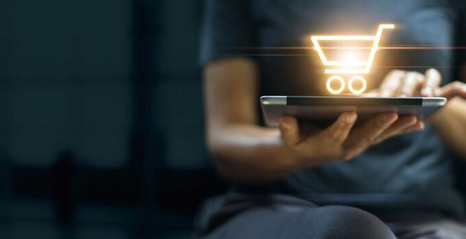 Na imagem vemos uma pessoa comprando no dia do cliente em 2021. Saiba como vender mais!