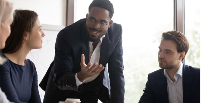 homem em um reunião de negócios explicando o que é segmentação de público-alvo